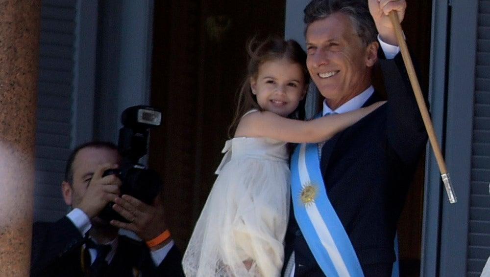 Macri con el bastón de mando saludando
