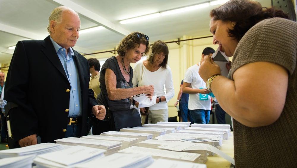 Votantes eligen la papeleta de su voto