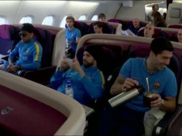 Los jugadores del F.C Barcelona en el avión con rumbo a Japón