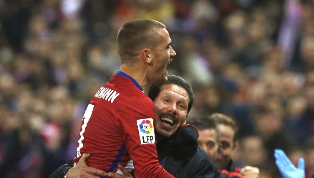 Simeone celebra con Griezmann el gol del francés