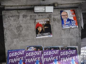 Vista general de los carteles de campaña del partido ultraderechista Frente Nacional