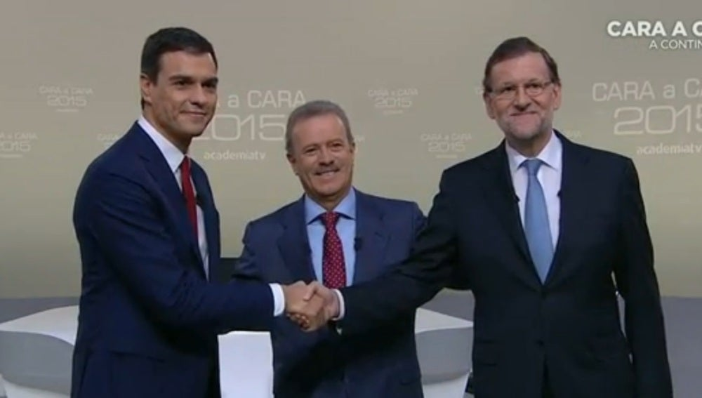 Mariano Rajoy y Pedro Sánchez se saludan antes del 'Cara a cara'