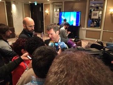 Robert Fernández habla con los medios de comunicación