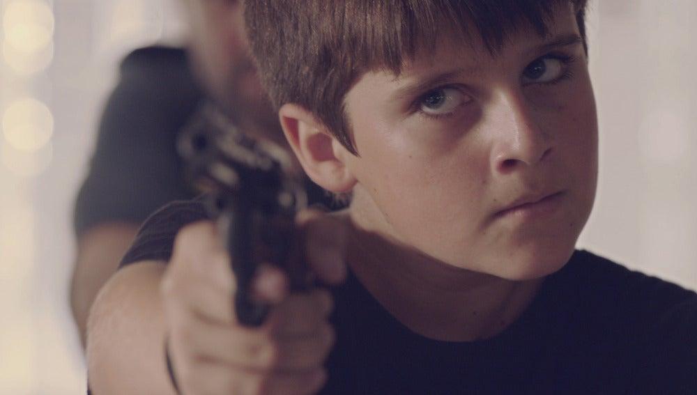 Nacho apunta con una pistola