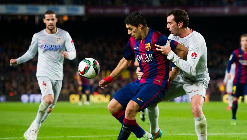 Luis Suárez, en acción ante Diego Godín
