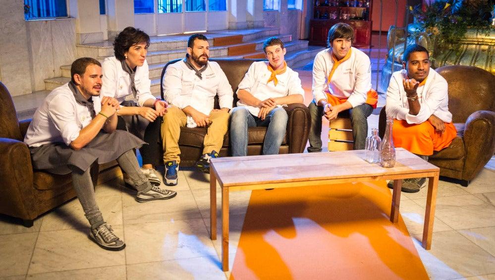 Los concursantes observan las reacciones de los seguidores del programa