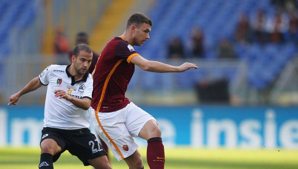 Dzeko pasa el balón en el partido ante el Spezia