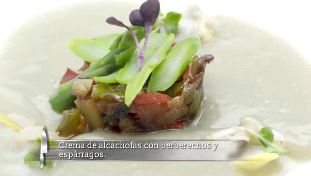 Crema de alcachofas con berberechos y espárragos