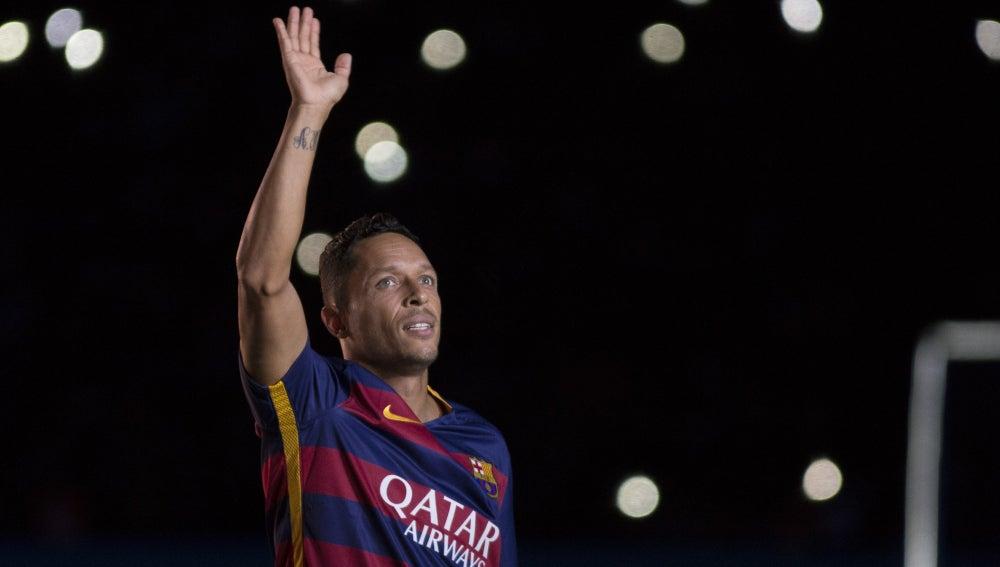 Adriano Correia, el lateral del F.C Barcelona, saludando a la afición