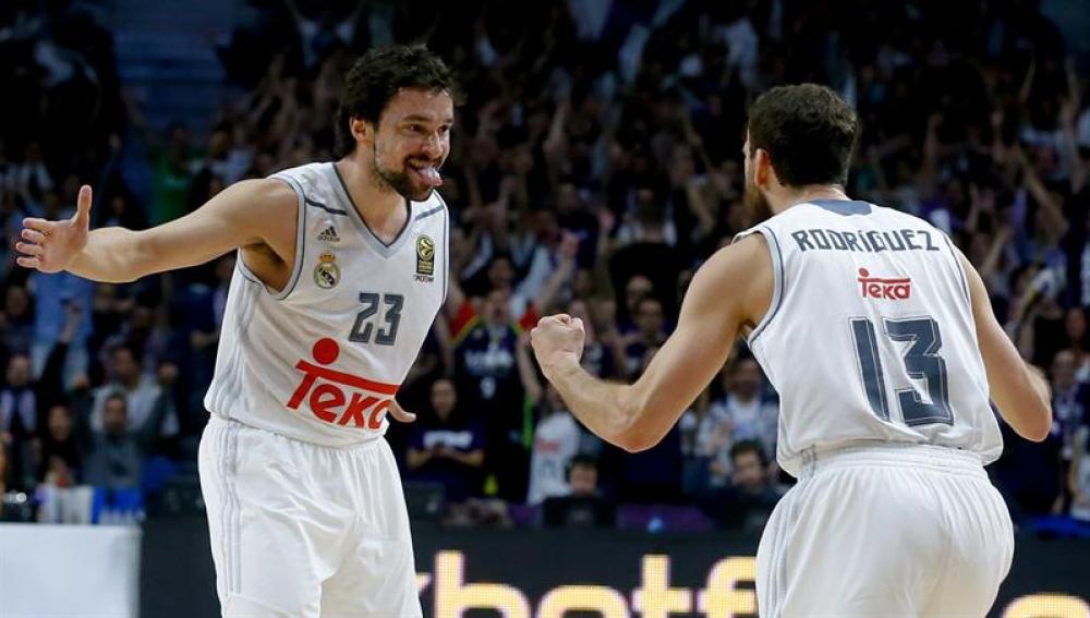 Sergio Rodríguez y Llull celebran el pase del Real Madrid al Top 16 de la Euroliga
