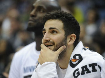 Ricky Rubio observa el juego desde el banquillo