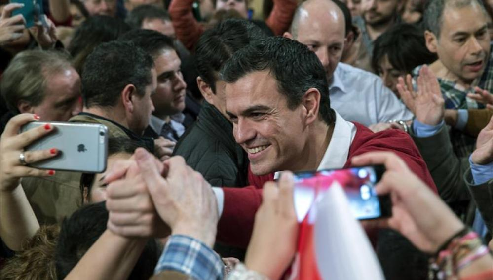 Pedro Sánchez rodeado de militantes socialistas