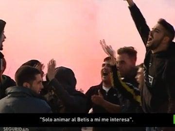 Aficionados del Betis animan a su equipo antes del derbi