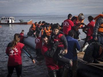 Una barca con refugiados llega a las costas de Lesbos