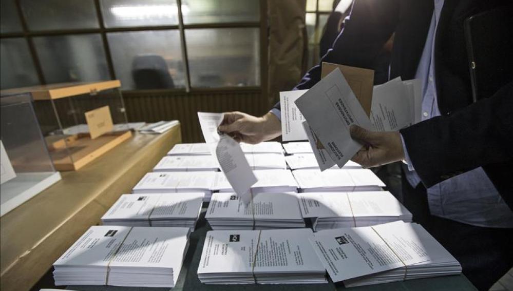 Un hombre muestras las diferentes papeletas electorales