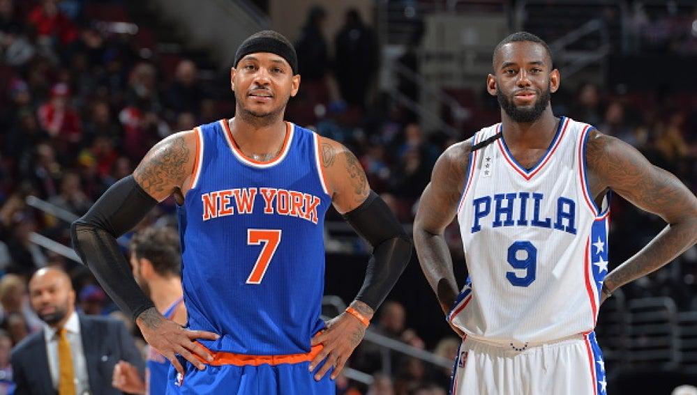 Carmelo Anthony espera a sus compañeros tras un tiempo muerto de los Knicks