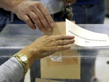 Detalle de una urna en un colegio electoral