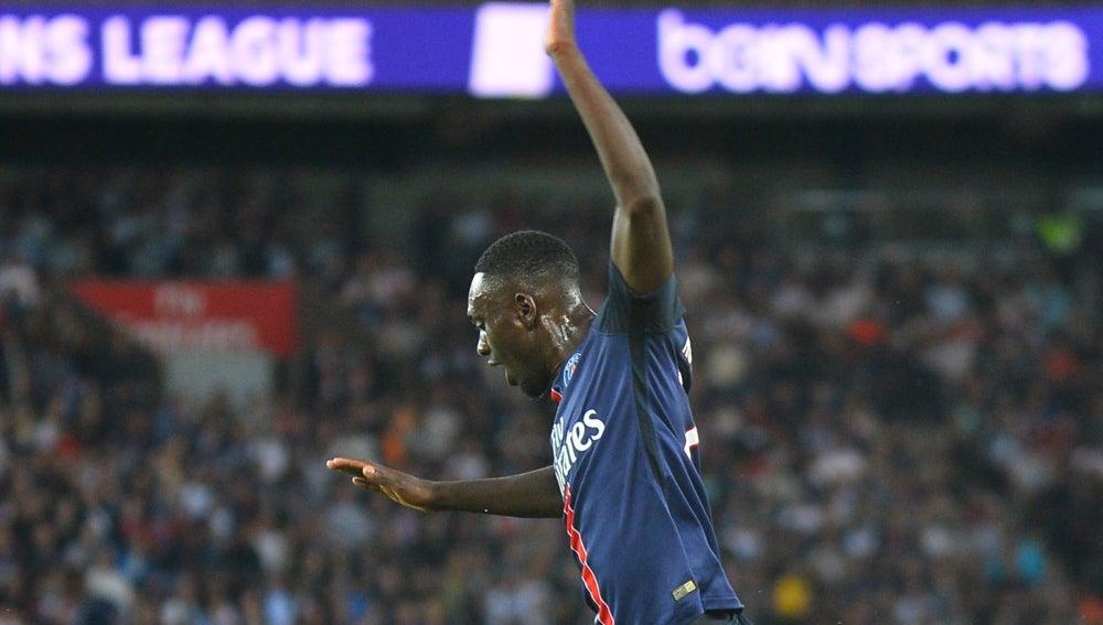 Jean-Kévin Augustin salta a un rival durante un partido con el PSG