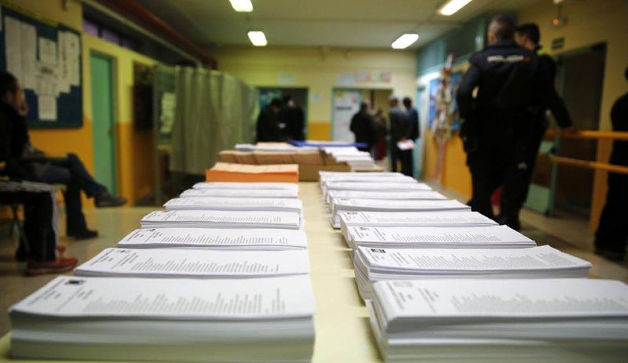 Papeletas en un colegio electoral | Archivo