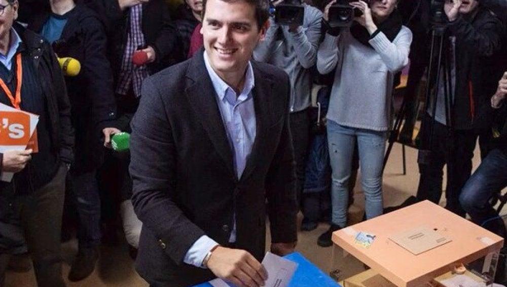 El candidato de Ciudadanos, Albert Rivera, en las urnas