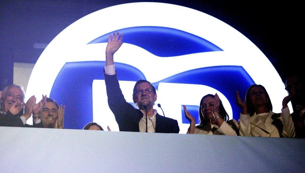 Mariano Rajoy saluda desde el balcón de la sede del PP