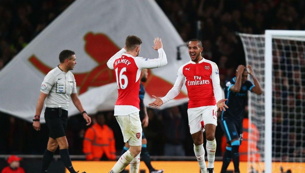 Walcott celebra el primer gol ante el City