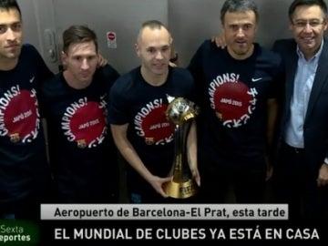 Iniesta sostiene la Copa del Mundialito a la llegada a Barcelona