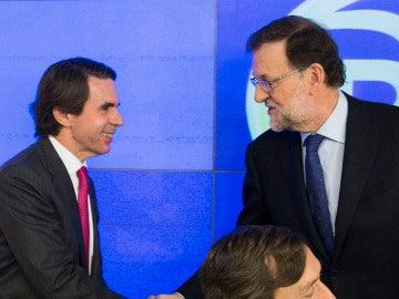 Mariano Rajoy, saludando a José María Aznar, a su llegada a la reunión del Comité Ejecutivo Nacional del partido para analizar los resultados de las elecciones generales del 20D