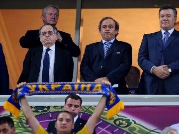 Le Graet junto a Platini y el presidente de la federación ucraniana en el partido de Ucrania - Francia