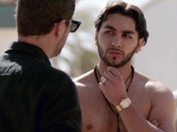 Héctor habla con un gitano