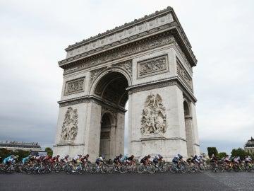 El pelotón del Tour de Francia pasa por el Arco del Triunfo