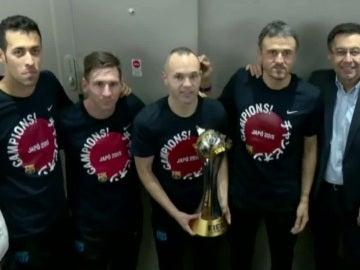El Barcelona posa con el trofeo del Mundialito de Clubes