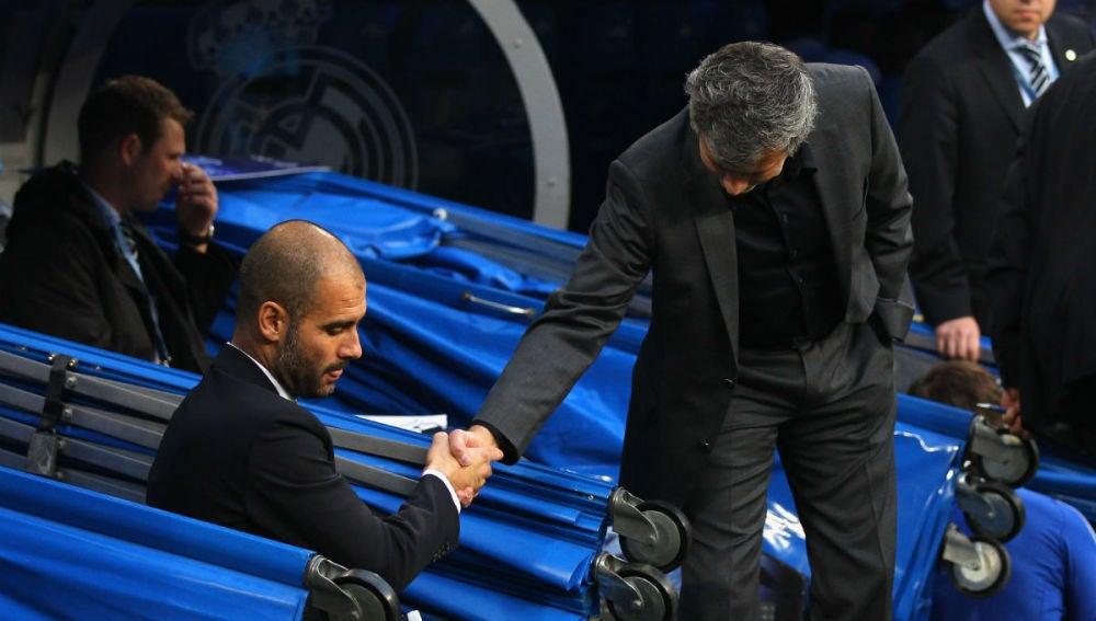 Mourinho saluda a Guardiola antes de un partido