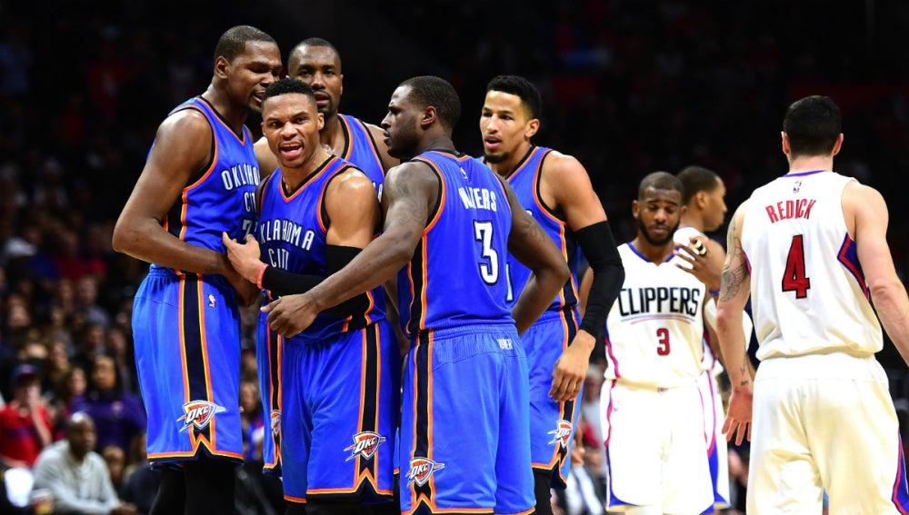 Los jugadores de los Thunder celebran la victoria contra los Clippers