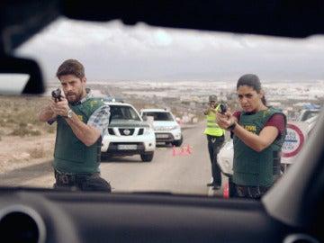 Salva y Lola apuntan con la pistola