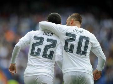 Jesé celebra un gol con Isco