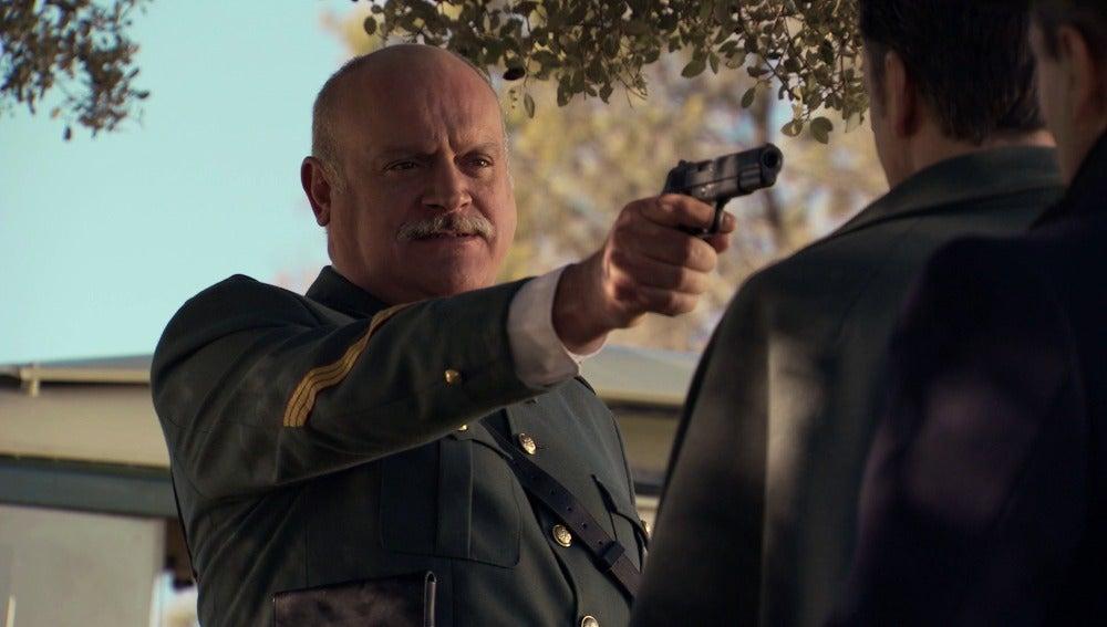 Gervasio apunta con su arma a Tomás Contreras
