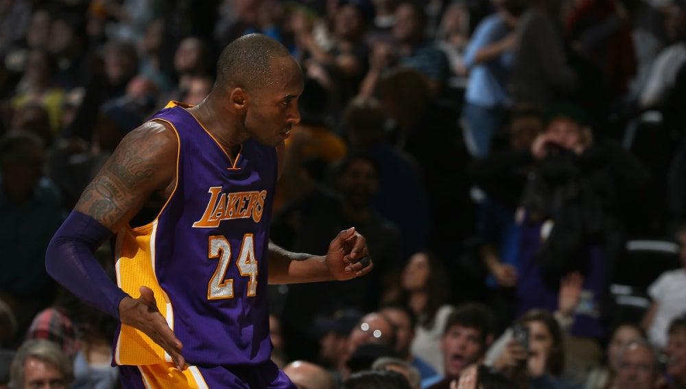 Kobe Bryant celebra una canasta contra Denver