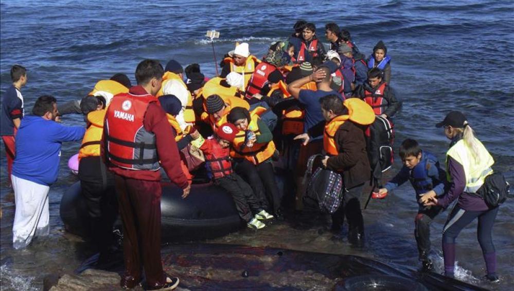 Vista de la llegada de refugiados en pateras a las costas de la isla de Lesbos, Grecia tras cruzar el mar Egeo desde Turquía.