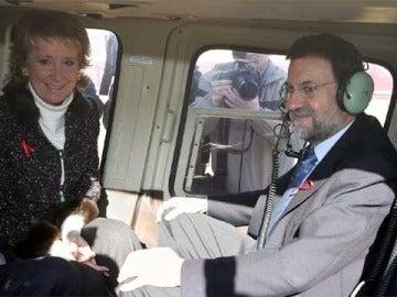 Aguirre y Rajoy, subidos al helicóptero en el que sufrieron un accidente en 2005