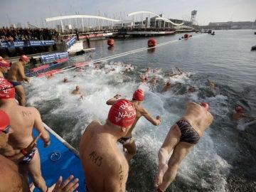 Participantes de la Copa Nadal se lanzan al agua