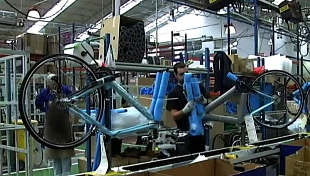 Un trabajador en una fábrica