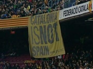 Pancarta independentista en el Cataluña-Euskadi, en el Camp Nou