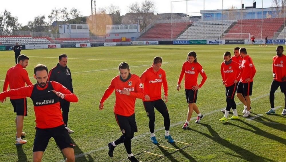 Los jugadores del Atlético entrenan sobre el cépsed de Majadahonda