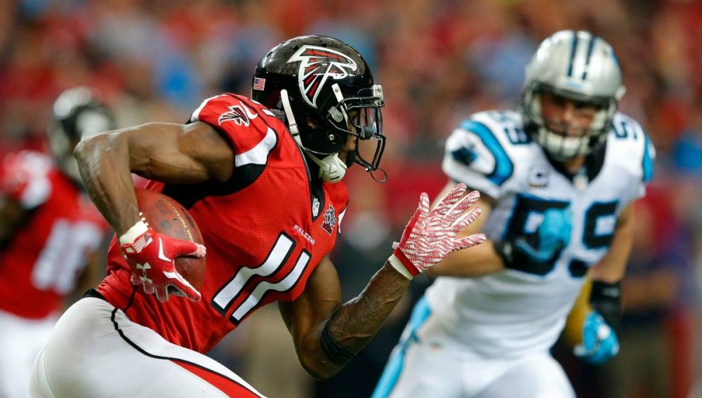 Julio Jones corre con el balón durante el partido contra los Panthers