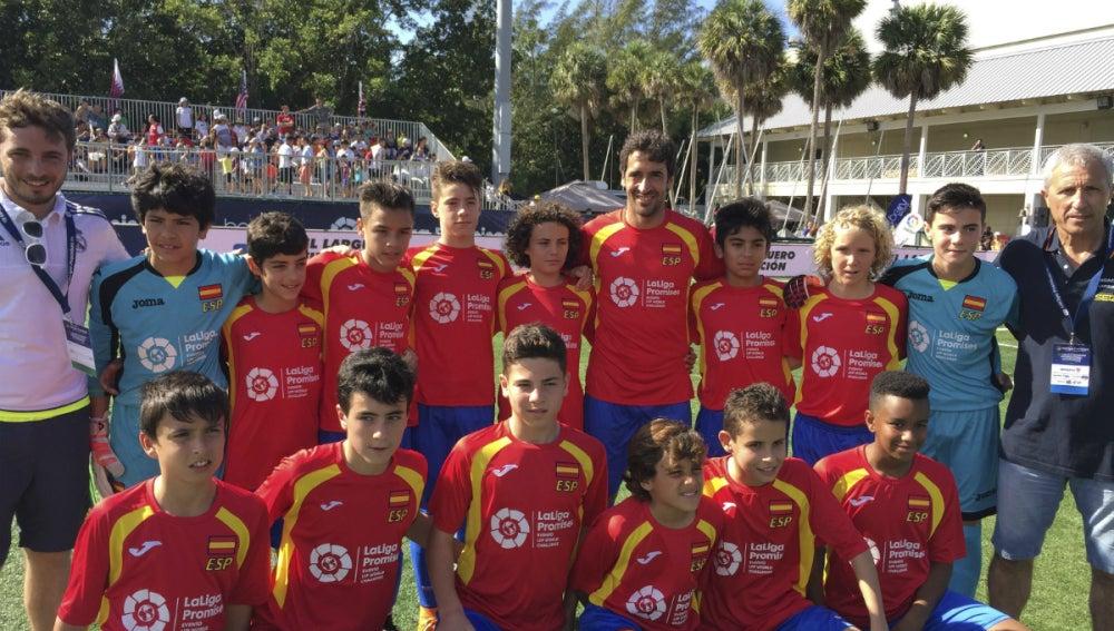 Raúl González, con los chicos del programa 'La Liga Promises'