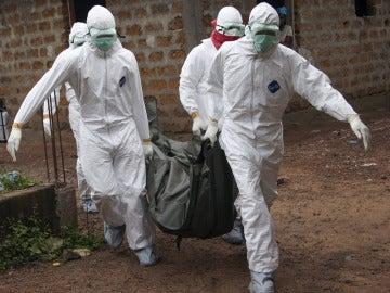 Sanitarios trabajando contra el ébola