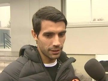 Augusto Fernández, atendiendo a los medios