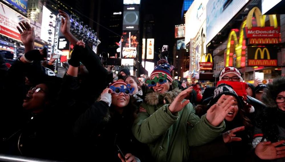 Una multitud celebra el Año Nuevo en Times Square en Nueva York