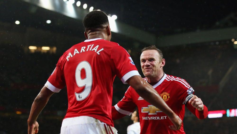 Wayne Rooney celebra un gol con Anthony Martial